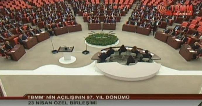 Meclis oturumunda 'saygı duruşu' tartışması