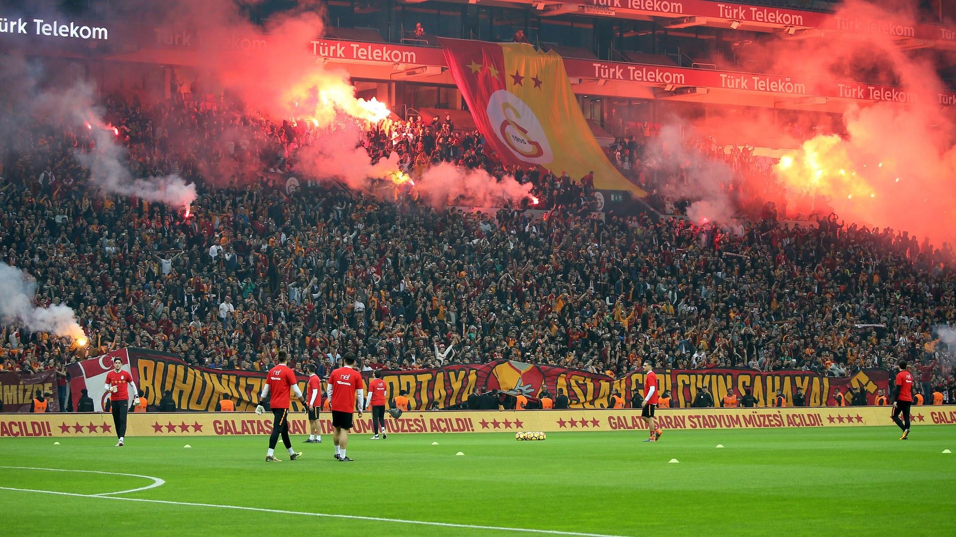 Galatasaray camiası TFF ve Kulüpler Birliğine isyan etti: Antrenmanda 40 bin kişi.