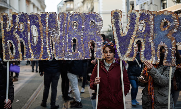 Binlerce kadın İstiklal Caddesi'ni doldurdu