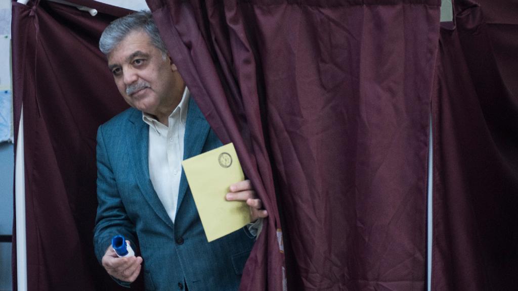 AKP'li yazar: Gül, Erdoğan'a karşı aday olacak