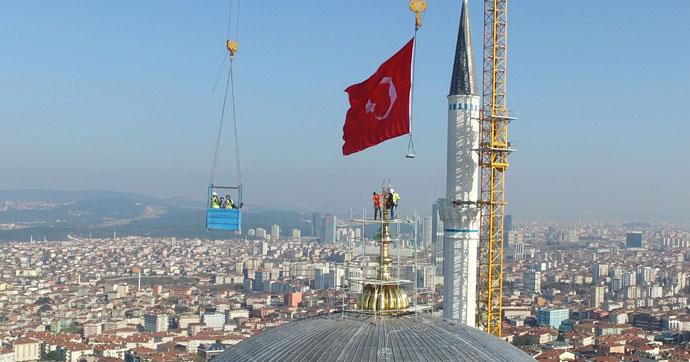 Dünyanın en büyük alemi İstanbul'da takıldı