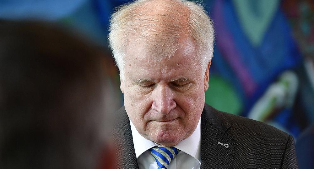 Sınır dışı edilen Afgan sığınmacı intihar etti: Almanya'da İçişleri Bakanı Seehofer'a istifa çağrıları yapılıyor