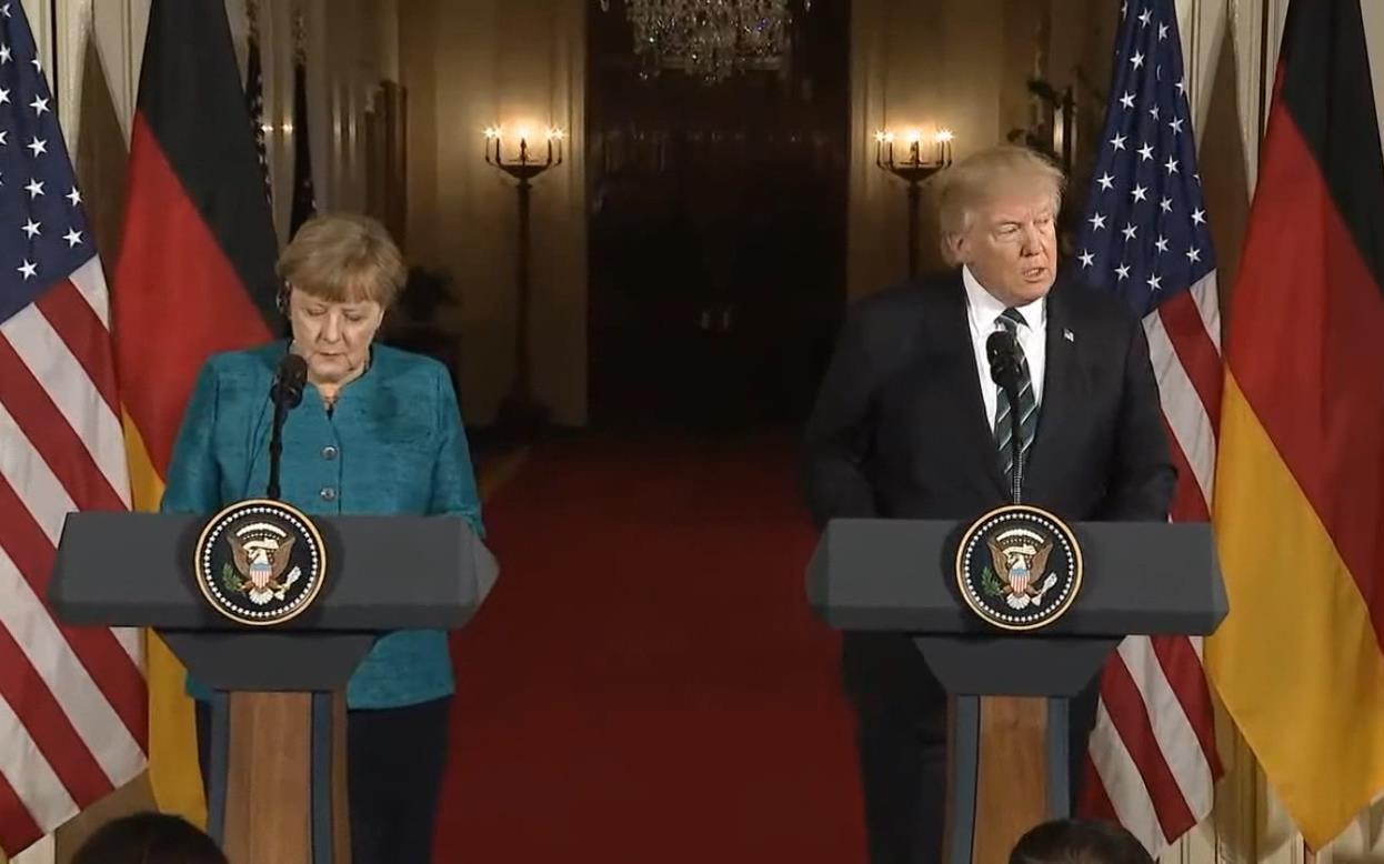 Trump-Merkel görüşmesinde 'Tokalaşma krizi'