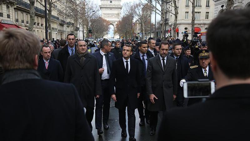 Macron, Pariste'ki protesto alanını ziyaret etti